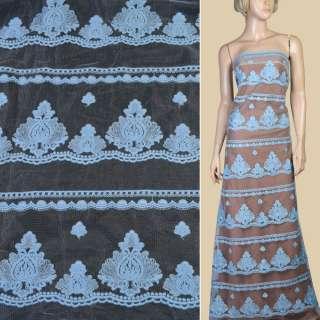 Вышивка на блестящей белой сетке в голубые ряды узоров ш.135