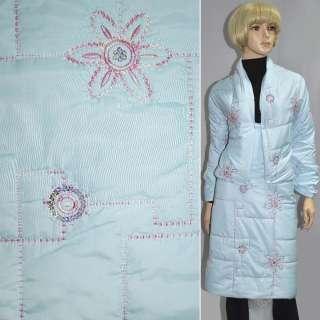 Ткань плащевая стеганая с вышитым цветком и пайетками голубая ш.148